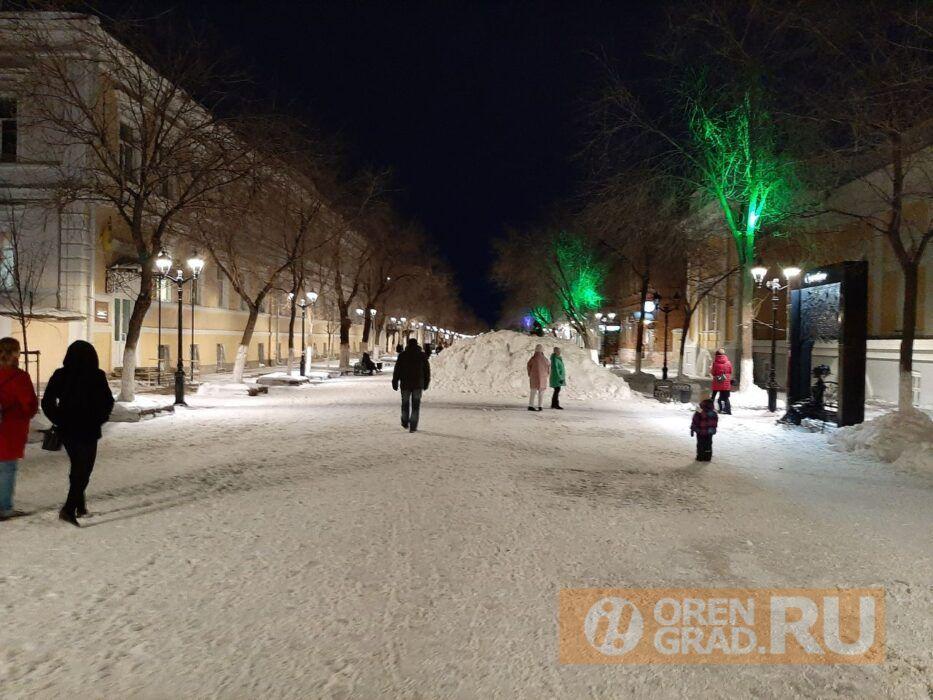 Огромная куча снега выросла на улице Советской в Оренбурге