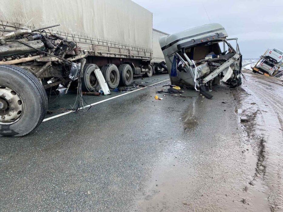 В Оренбургской области произошло смертельное ДТП с тремя большегрузами