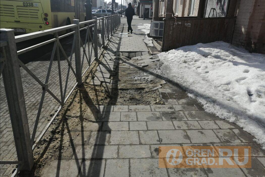В центре Оренбурга провалилась новая плитка