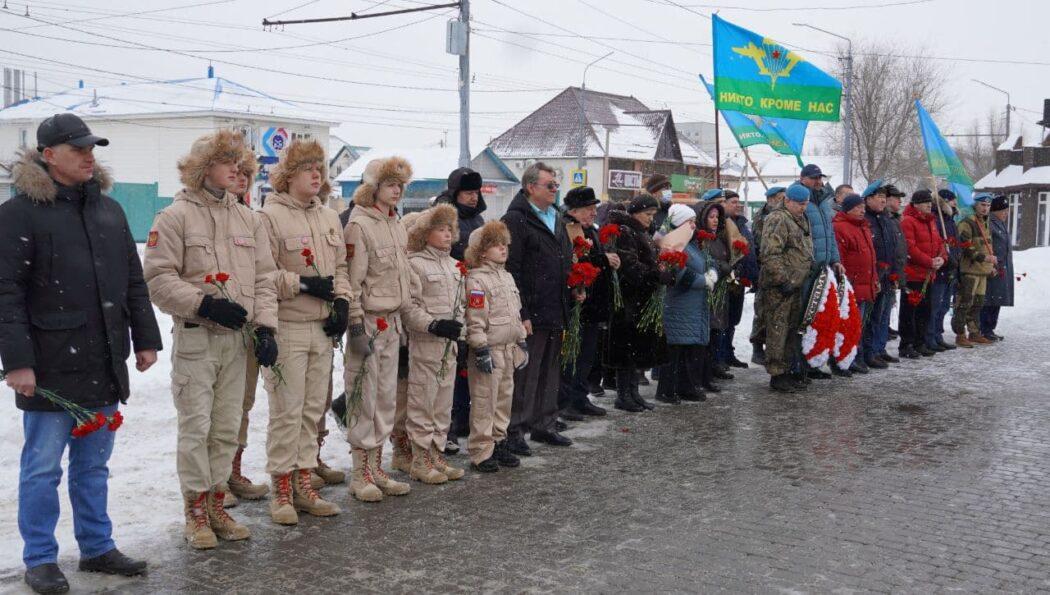 Оренбуржцы почтили память погибших в Чечне десантников Рустама Сираева и Виктора Лебедева