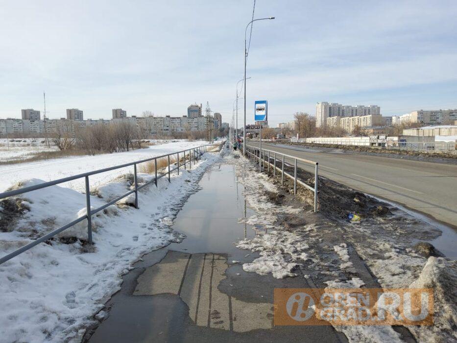 В Оренбурге на улице Уральской проваливается асфальт