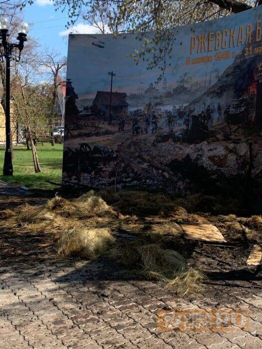В Оренбурге у Дома Советов сгорела экспозиция, приуроченная ко Дню Победы