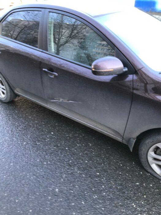 В Оренбурге на улице Туркестанской крышка люка повредил два легковых автомобиля