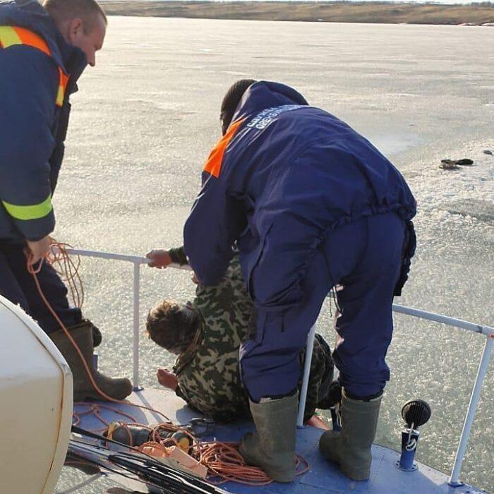 На Ириклинском водохранилище под лед провалился рыбак