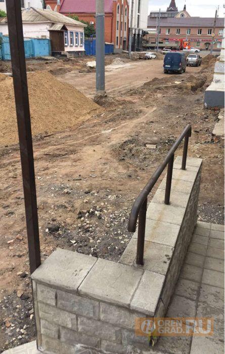 Администрация Оренбурга настаивала на сносе крыльца у магазина, которое сама разрешила построить