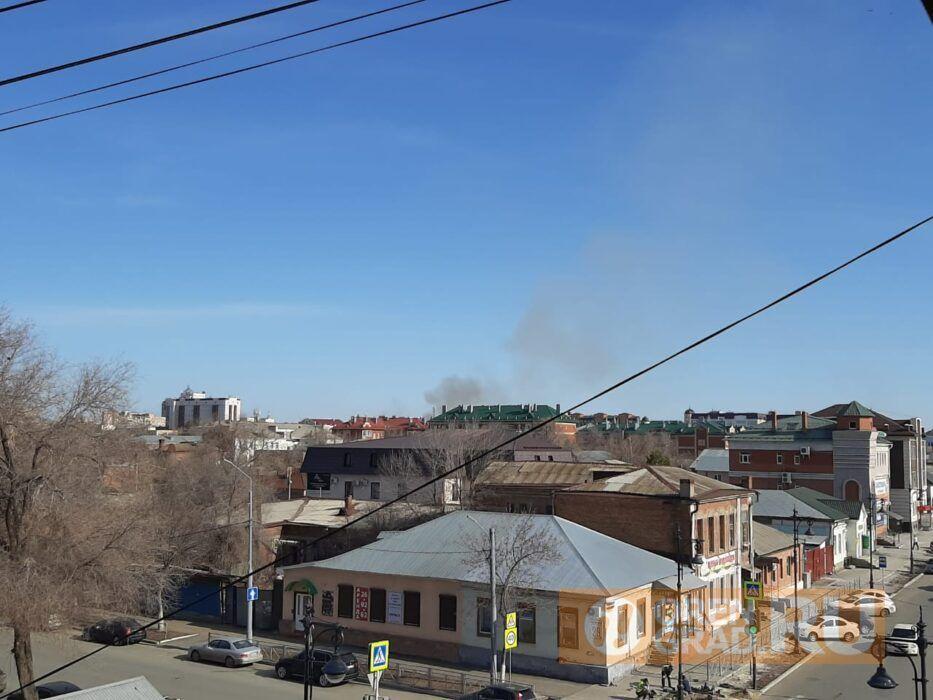 В Оренбурге в районе «Дубков» горит поле и лесополоса