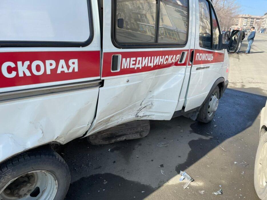 В Орске в аварию попал автомобиль скорой медицинской помощи