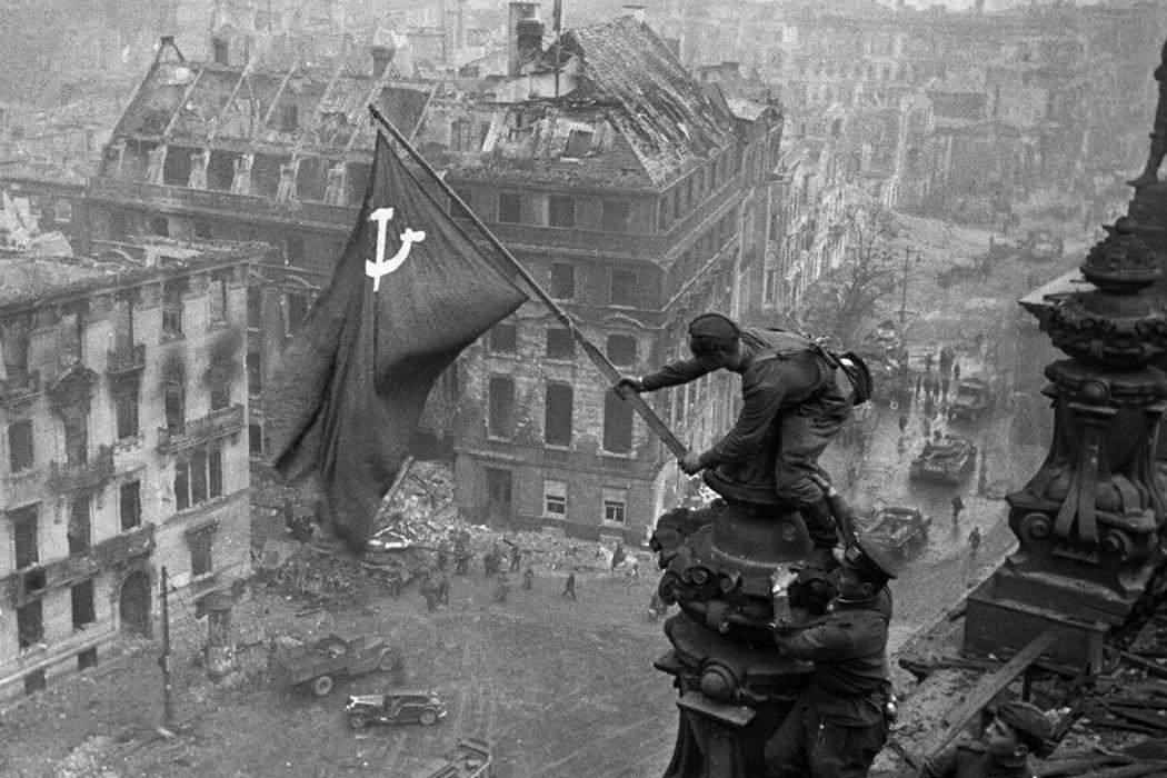 Английская почтовая марка, военный парад Красной армии, Знамя Победы над Рейхстагом, 1 мая и «Гладиатор». День в истории