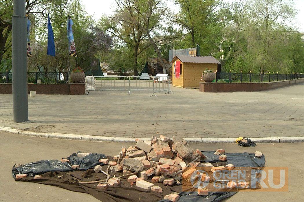 В центре Оренбурга убирают праздничные украшения и разбирают трибуны