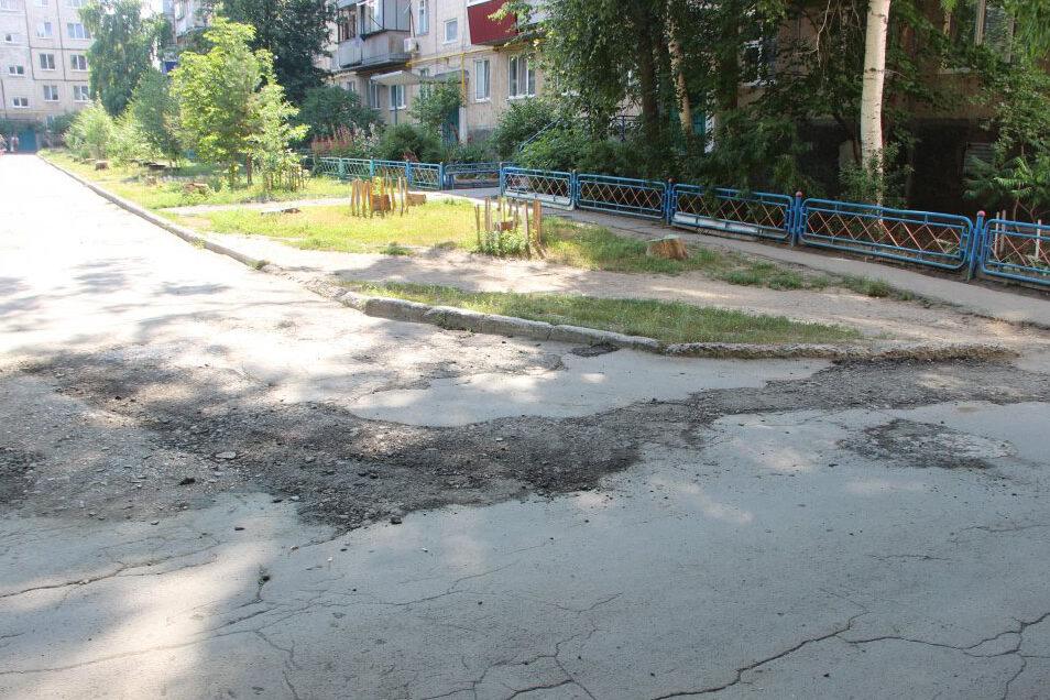 Жители улицы Чкалова в Оренбурге не могут добиться ремонта дороги в своем дворе