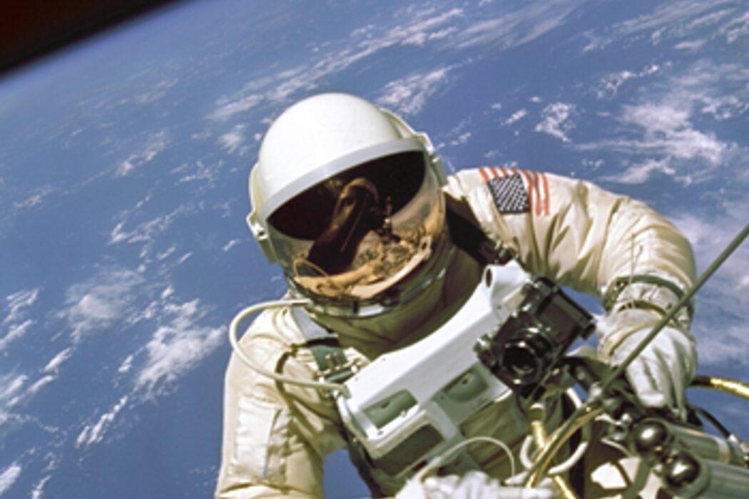 Косолапость, парашют, первый ипподром в мире и человек в открытом космосе. День в истории