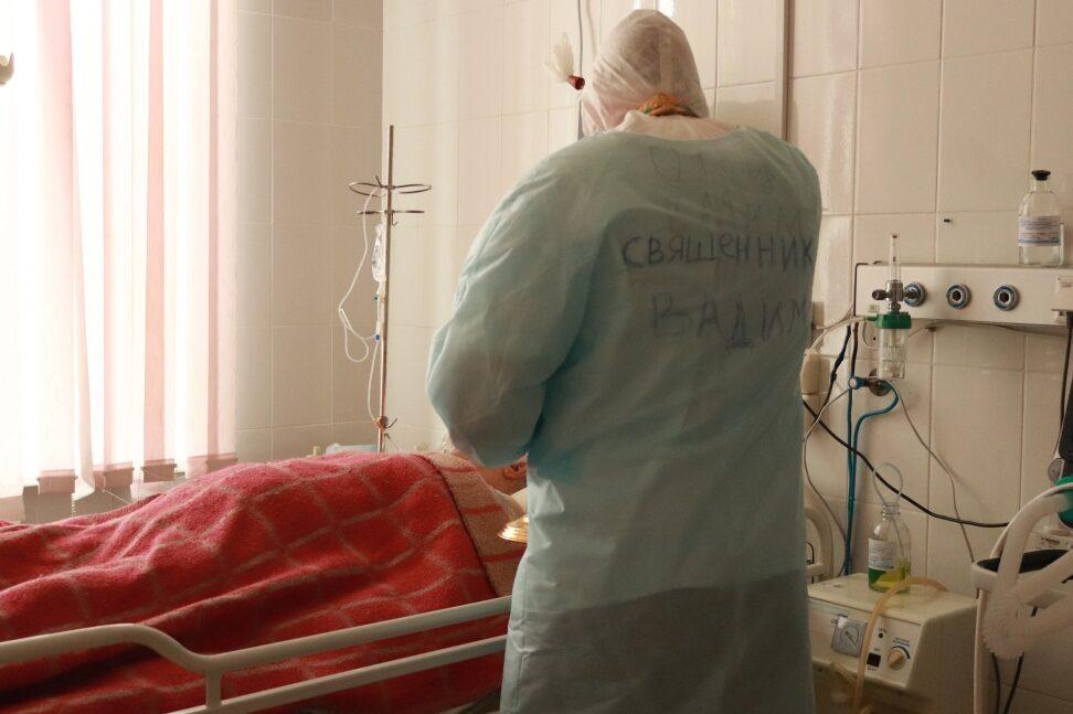 Бузулукский ковид-госпиталь часто посещают священнослужители