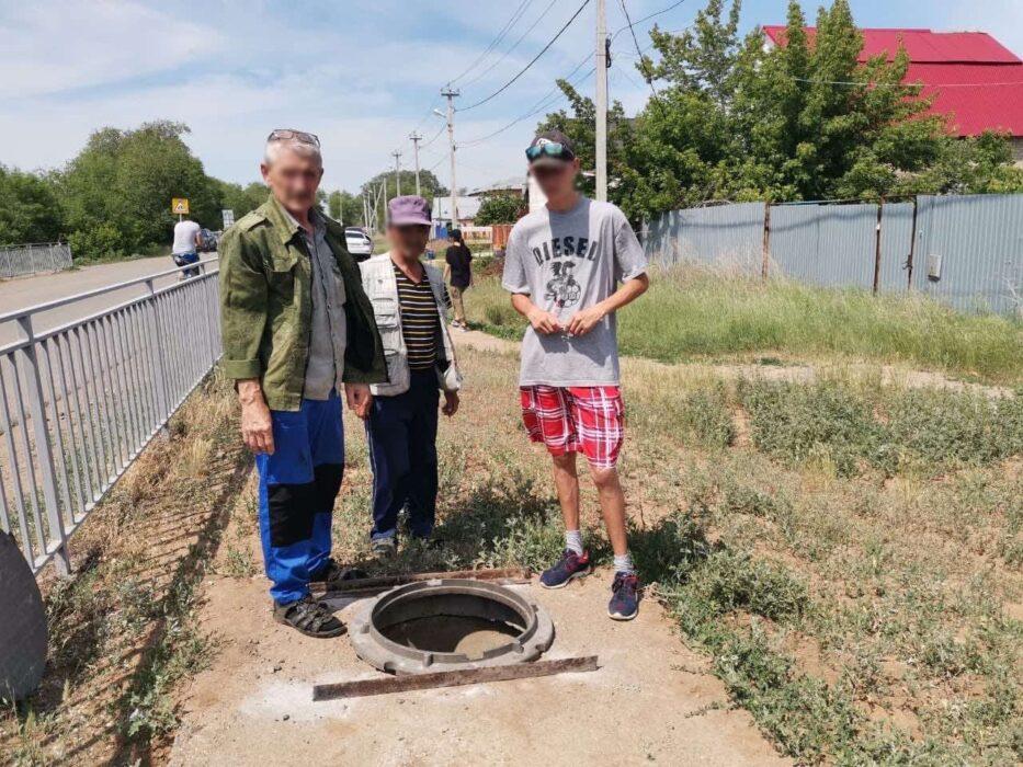 Двое оренбуржцев похищали канализационные люки и сдавали их на металлолом