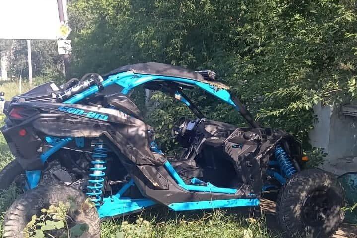 В Орске водитель не справился со снегоболотоходом и въехал в забор