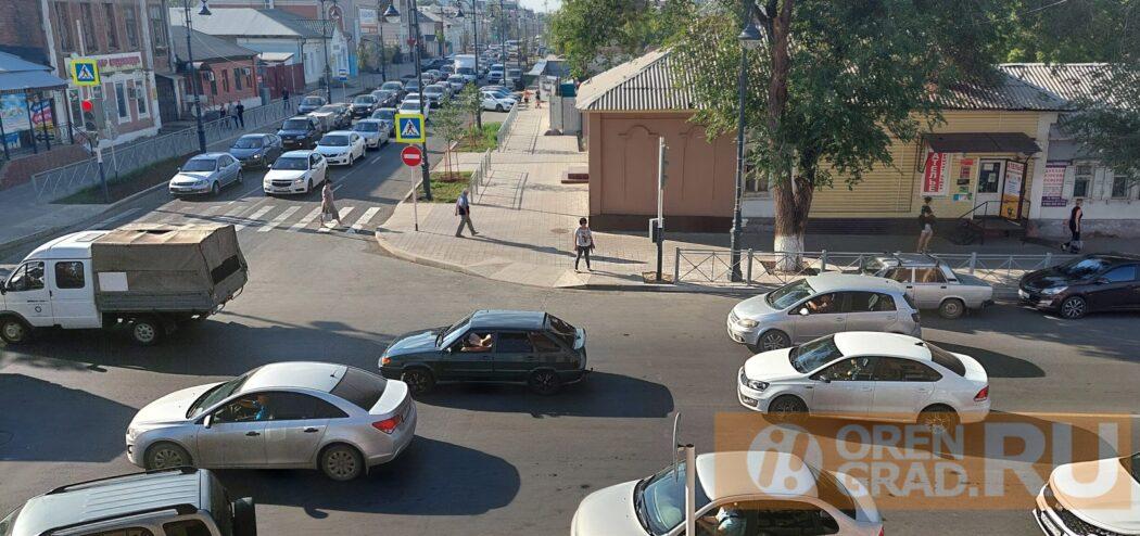В центре Оренбурга из-за ремонта улицы Володарского случился транспортный коллапс
