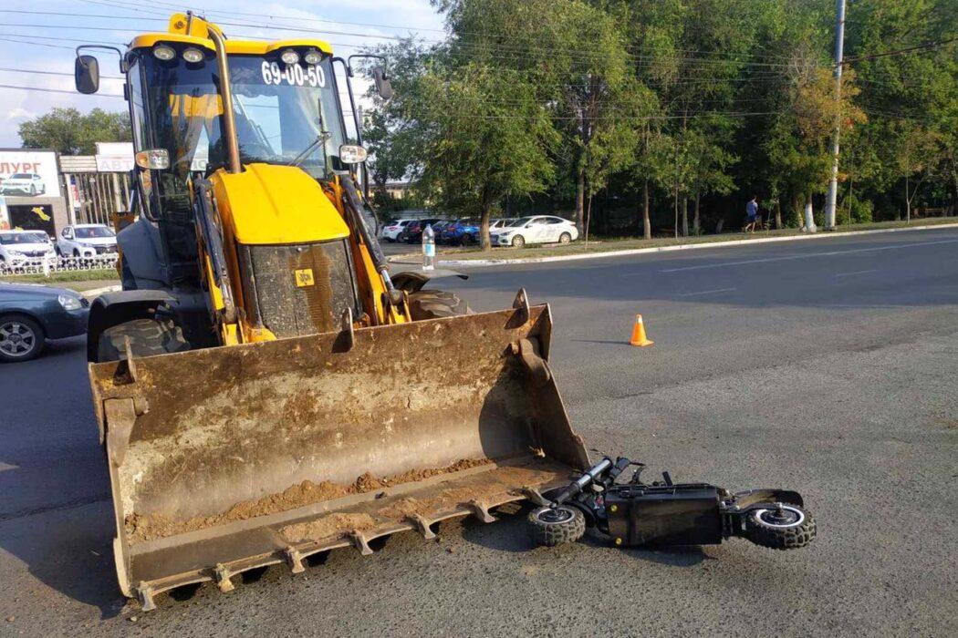 В Оренбурге трактор сломал позвоночник подростку на электросамокате