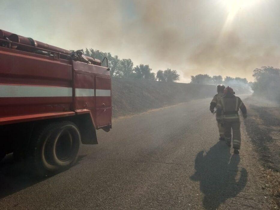 В селе Шарлыкского района горят жилые дома
