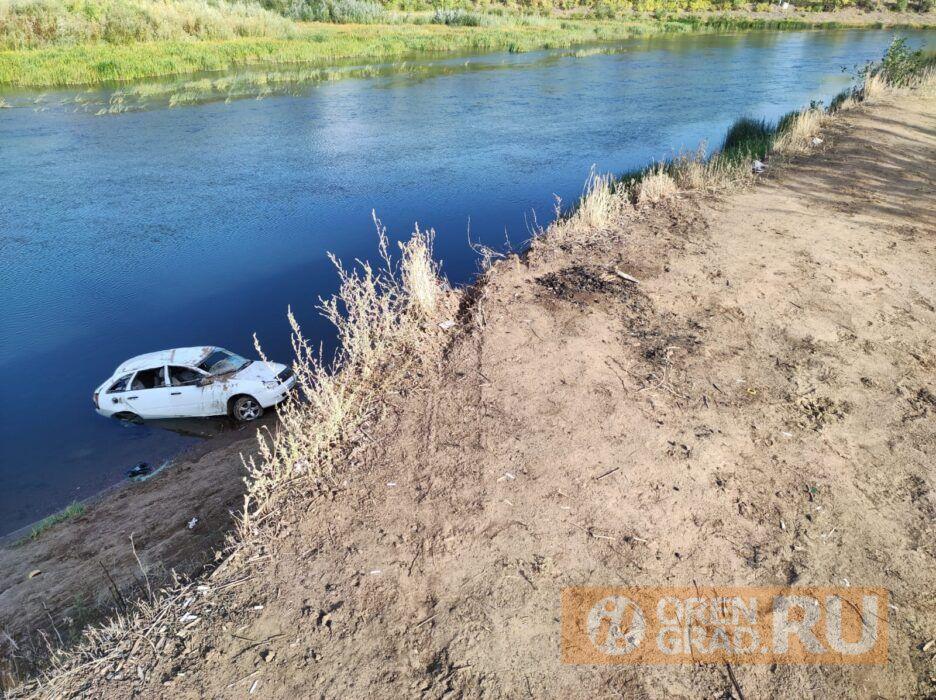 Оренбуржцы в реке Урал нашли автомобиль
