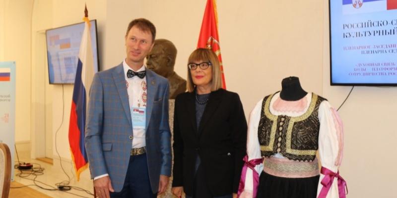Музею Белграда подарили национальный сербский костюм с элементами оренбургского пухового платка